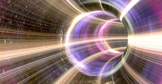 「ブラックホールは過去を消去し永遠の未来を拓く」と物理学者